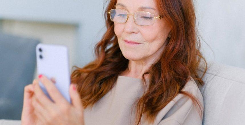 Nainen lukee tekstiviestiä